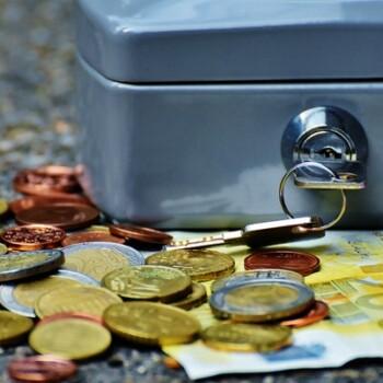 monedas y caja fuerta