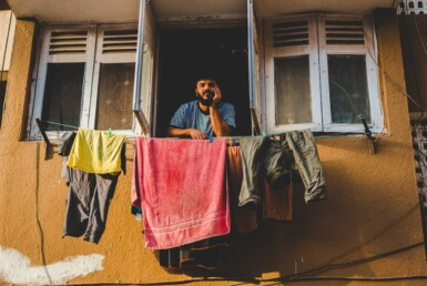 vecino con ropa tendida