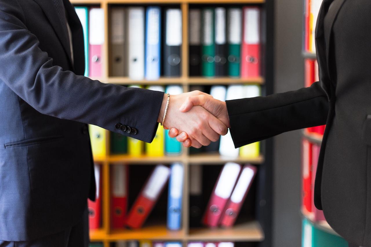 ¿A quién beneficia el contrato de exclusiva inmobiliaria?